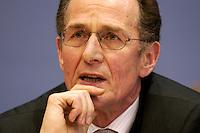 17 NOV 2004, BERLIN/GERMANY:<br /> Bert Ruerup, TU Darmstadt, Wirtschaftswissenschaftler, Pressekonferenz zum Jahresgutachtens 2004/2005 des Sachverstaendigenrates zur Begutachtung des gesamtwirtschaftlichen Entwicklung, Bundespressekonferenz<br /> IMAGE: 20041117-02-041<br /> KEYWORDS: Sachverständigenrat, BPK, Bert Rürup