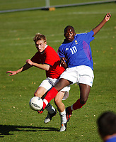 Stian Johansen, G15. Dintel Zola, Frankrike G15. <br /> PS! RETTET NAVN PÅ FRANSK SPILLER.<br /> <br /> Fotball G15: Norge - Frankrike 0-4. Privatlandskamp. Moelv, 28. september 2004. (Foto: Peter Tubaas/Digitalsport).