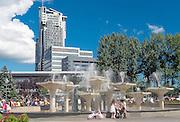 Gdynia, (woj. pomorskie) 19.07.2016. Fontanna na Skwerze Kościuszki w Gdyni, jeden z symboli miasta. Na drugim planie Sea Towers.