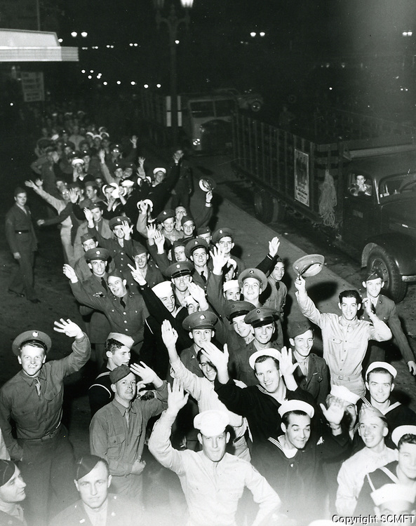 1943 Servicemen waiting to enter the Hollywood Canteen