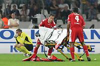 Fotball<br /> Tyskland<br /> Foto: imago/Digitalsport<br /> NORWAY ONLY<br /> <br /> 29.08.2008 <br /> <br /> Petit (2.v.re.) und Marvin Matip (re.) bereiten die Krankentrage für ihren Kollegen Ümit Özat (nicht im Bild, alle Köln) vor, der auf dem Spielfeld zusammengebrochen ist