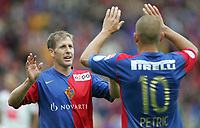 Basels Scott Chipperfield und Mladen Petric jubeln nach dem Tor zum 4:0. © Markus Stuecklin/EQ Images
