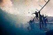 """Hinchada de Boca Juniors durante la salida de su equipo a la cancha en el día del """"Superclásico"""", en el estadio """"La Bombonera"""". En Argentina, se llama Superclásico al partido que enfrentan a los dos clubes de fútbol más populares del país, Boca Juniors y River Plate."""