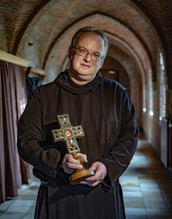 Nederland. Egmond-Binnen, 14-11-2018. Foto: Patrick Post. Broeder Adelbert, Berry Klaassens, presenteert een aantal relieken van diverse heiligen.