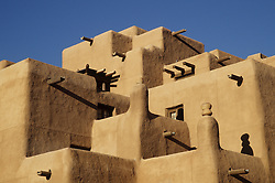 North America, United States, New Mexico, Santa Fe, hotel with adobe walls and traditional Southwest architecure