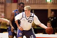 Basketball, BLNO 2. desmeber 2001. Asker Aliens-Bergen Bulldogs. Greg Knudson, Bergen (42) mot Cory Jenkins, Asker.