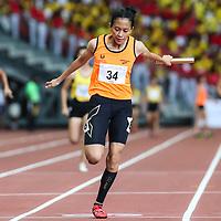 Ismi Zakiah (#34) anchors Singapore Sports School to win the A Division girls' 4x100m final. (Photo © Lim Yong Teck/Red Sports)