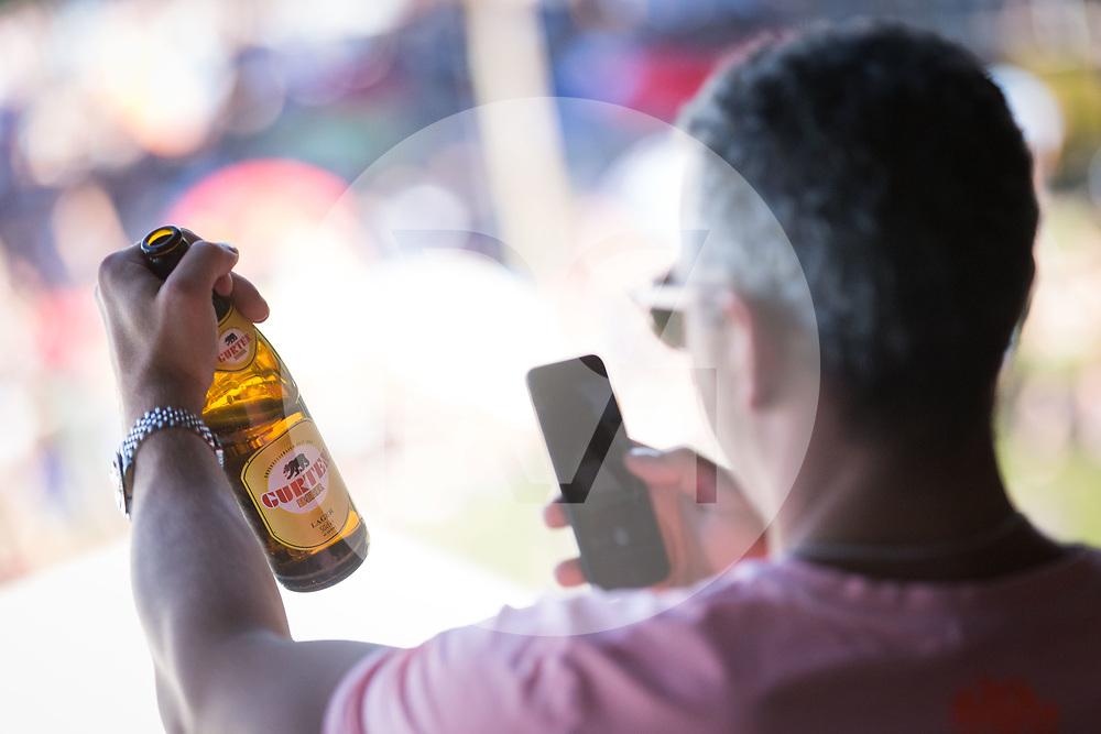 SCHWEIZ - WABERN - Ein Mann fotografiert eine Gurtenbierflasche am Gurtenfestival - 12. Juli 2018 © Raphael Hünerfauth - https://www.huenerfauth.ch
