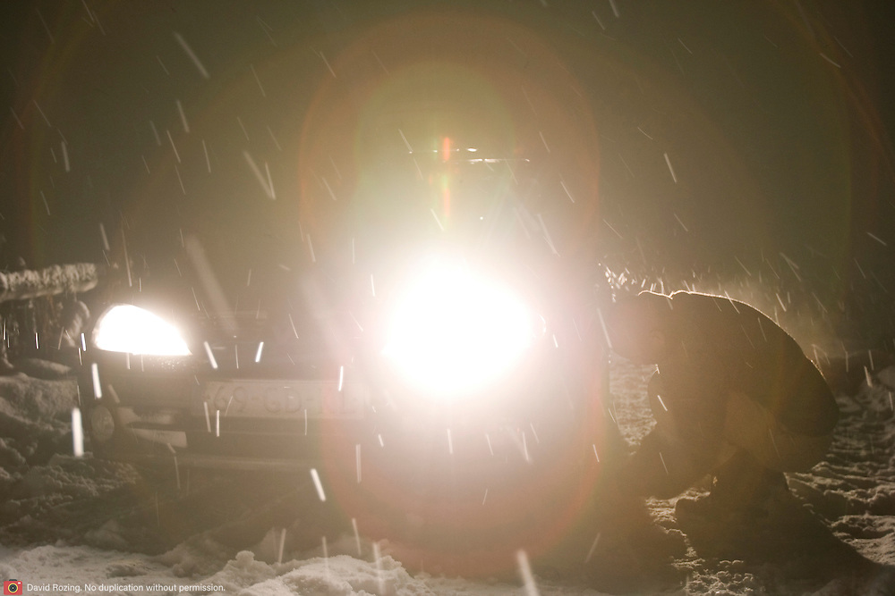 Noorwegen Gol 21 december 2008 20081221 Foto: David Rozing .Winter, sneeuwkettingen bevestigen.Wintertime, putting on snow chain snow chains..Foto: David Rozing