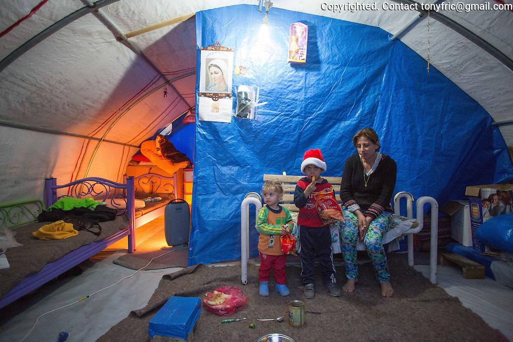 Šesťročný Salam, jeho trojročná sestra Sama a ich mama v stane v utečeneckom tábore Mar Ellia v kresťanskej štvrti Ankawa v meste Erbil v severnom Iraku. 6 year old Salam, his 3 year old sister Sama and their mother in her tent in Mar Ellia refugee centre in hristian part of Erbil - Ankawa in Northern Iraq.