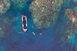Luftaufnahme von Tinnie Drop in Lologhan Island, Russell Islands und Taucher, Salomonen, Salomonensee / Aerial View of Tinnie Drop in Lologhan Island, Russell Islands and scuba diver, Solomons, Solomon Sea