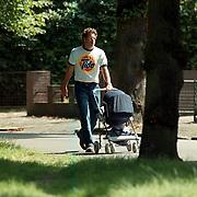 Matthias Scholten met baby wandelend in Hilversum