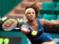 PARIJS - De Amerikaanse Serena Williams  wint vrijdag in de derde ronde van de Franse Open Tenniskampioenschappen op Roland Garros van de Roemeense Sorana Cirstea. ANP KOEN SUYK