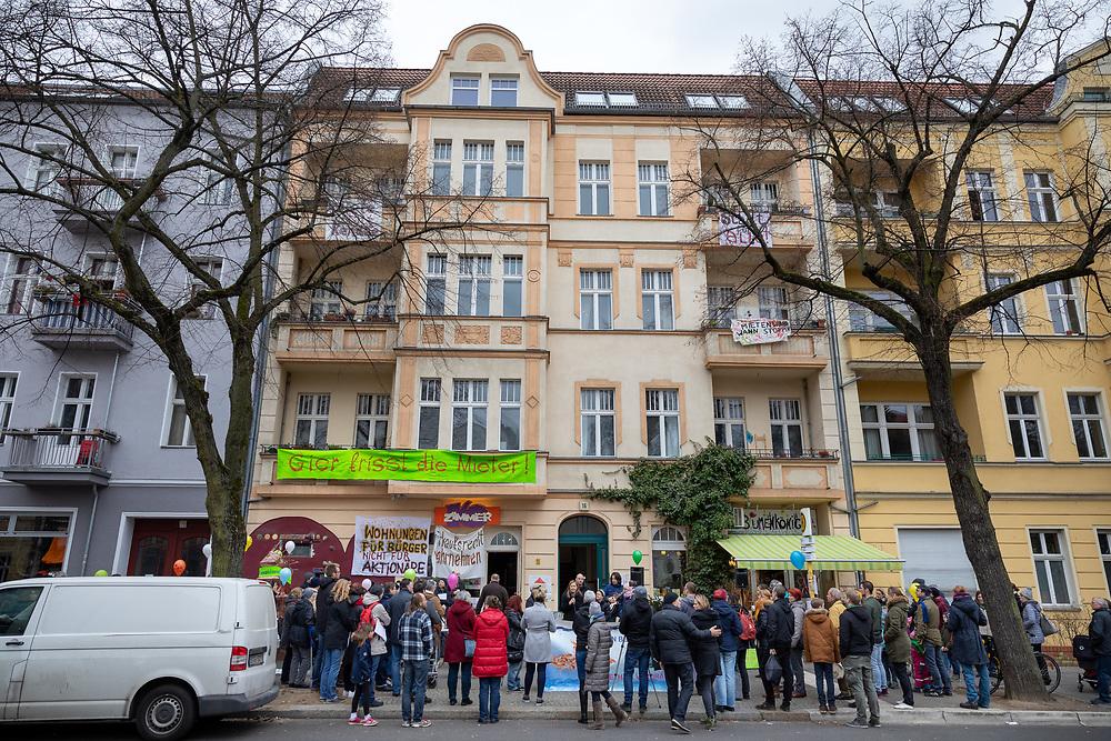 MieterInnen der Florastraße in Berlin Pankow protestieren gegen den Verkauf von neun Häusern mit 176 Wohnungen in der Florastraße, Görschstraße, Jungstraße, Richard-Sorge-Straße, Schreinerstraße und Veteranenstraße an die Deutsche Wohnen und fordern die Ausübung des Vorkaufsrechts durch Stadtentwicklungsstadtrat Vollrad Kuhn (Bündnis 90/Die Grünen). Die Demonstranten befürchten Mietsteigerungen und Verdrängung durch den Verkauf.<br /> <br /> [© Christian Mang - Veroeffentlichung nur gg. Honorar (zzgl. MwSt.), Urhebervermerk und Beleg. Nur für redaktionelle Nutzung - Publication only with licence fee payment, copyright notice and voucher copy. For editorial use only - No model release. No property release. Kontakt: mail@christianmang.com.]