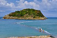 Espagne, Pays Basque, Biscaye, Lea-Artibai, Lekeitio, digue reliant l'île San Nikolas // Spain, Basque Country, Biscay, Lea-Artibai, Lekeitio, San Nikolas island
