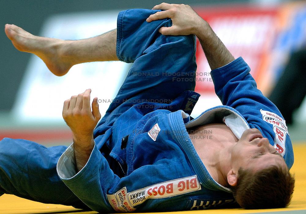26-05-2006 JUDO: EUROPEES KAMPIOENSCHAP: TAMPERE FINLAND<br /> Mark Huzinga raakt geblesseerd aan zijn knie in de halve finale tegen Pershin (RUS) tijdens het EK Judo in Finland<br /> ©2006-WWW.FOTOHOOGENDOORN.NL