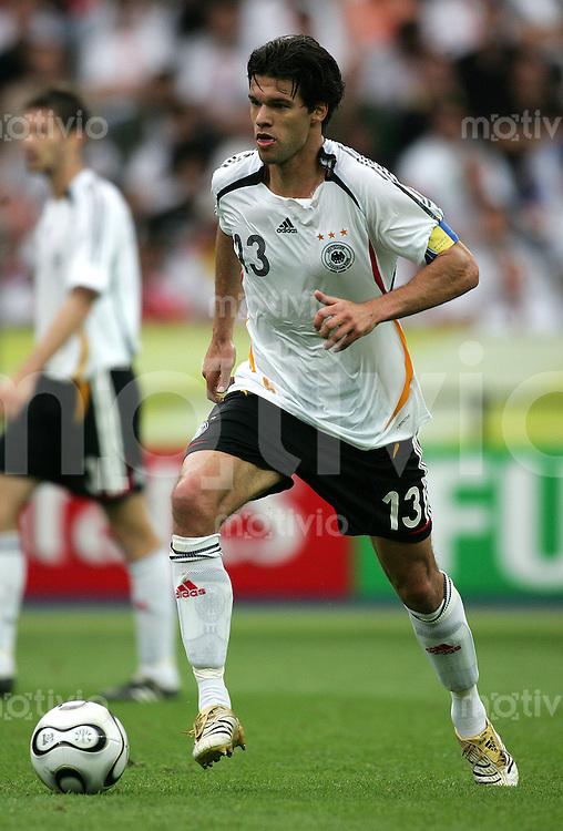 Fussball WM 2006 Viertelfinale in Berlin, Deutschland - Argentinien Michael Ballack (GER) am Ball.