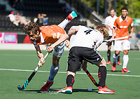 AMSTELVEEN  - Hockey -  1e wedstrijd halve finale Play Offs dames.  Amsterdam-Bloemendaal (5-5), Bl'daal wint na shoot outs.  Florian Fuchs (Bldaal) met Klaas Vermeulen (A'dam) COPYRIGHT KOEN SUYK