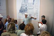 Spanje, Barcelona, 27-5-2007Een medewerker van het bouwbedrijf van de Sagrada Familia, de kerk waar architect Antonio Gaudi aan begon, geeft uitleg aan bezoekers van de kerk.Foto: Flip Franssen