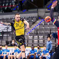 Florian Billek (HSC 2000 Coburg #21) ; Johannes Bitter (TVB Stuttgart #1) ; 1. Handball-Bundesliga, HBL: TVB Stuttgart - HSC 2000 Coburg am 06.02.2021 in Stuttgart (PORSCHE Arena), Baden-Wuerttemberg, Deutschland<br /> <br /> Foto © PIX-Sportfotos *** Foto ist honorarpflichtig! *** Auf Anfrage in hoeherer Qualitaet/Aufloesung. Belegexemplar erbeten. Veroeffentlichung ausschliesslich fuer journalistisch-publizistische Zwecke. For editorial use only.