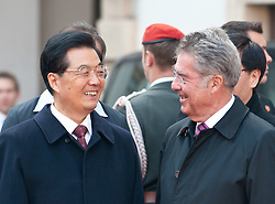 31.10.2011, Innerer Burghof, Wien, AUT, Bundesrepublik Oesterreich, Eintreffen des Praesidenten der Volksrepublik China  Hu Jintao mit seiner Frau Liu Yongqing im Inneren Burghof mit anschließender Begrueßung durch Bundespraesident Dr. Heinz Fischer und Frau Margit Fischer, Empfang mit militaerischen Ehren, im Bild Bundespraesident Dr. Heinz Fischer mit Praesident der Volksrepublik China  Hu Jintao lachend // during the arrival of president of the people's Republic of China Hu Jintao and his wife Liu Yongqing at the inner bailey and the following welcome by federal president Dr. Heinz Fischer and his wife Margit Fischer, Reception with military honours, Innerer Burghof, Vienna, 2011-10-31, EXPA Pictures © 2011, PhotoCredit: EXPA/ M. Gruber