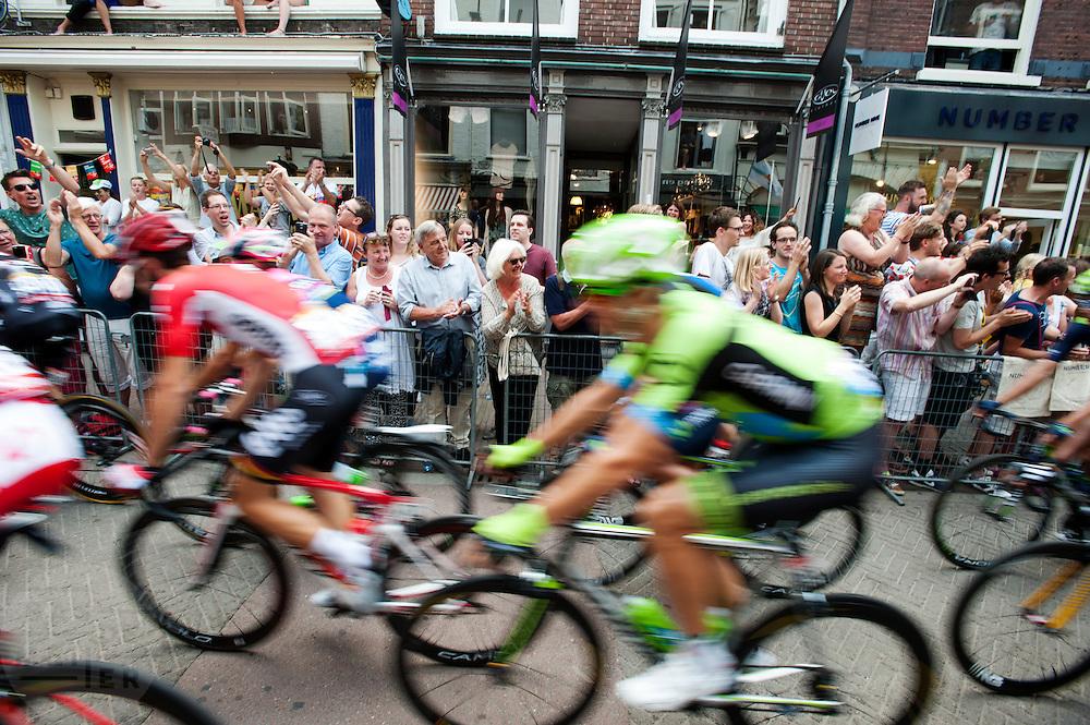 Het peloton rijdt door de Zadelstraat. In Utrecht is de tweede etappe vanTour de France van start gegaan.<br /> <br /> The riders pass the Zadelstraat. In Utrecht the second stage of the Tour de France has started