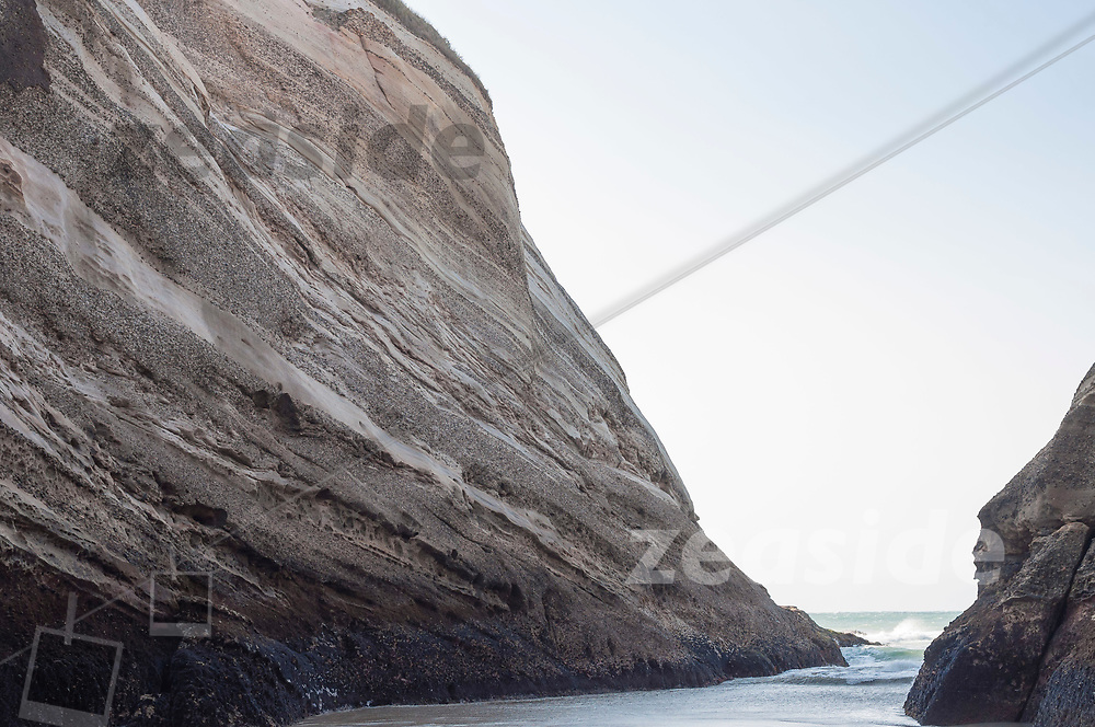 The limestone formations at Wharariki Beach exhibit a very soft flow of layers in various colours and shades, reminding the observer to Saturns appaerance on some photos.