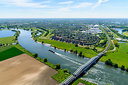 Nederland, Noord-Brabant, Den Bosch, 13-05-2019;  Fort Crèvecoeur, de  Maas in oostelijke richting. De spoorbrug over de Maas tussen Hedel en Crevecoeur. Er wordt gewerkt aan weerdverlaging omgeving Fort Crèvecoeur, maakt onderdeel uit van het Maasoeverpark. Landschapspark in wording met ruimte voor de natuur, voor de landbouw  én waterberging.<br /> Fort Crèvecoeur, the Maas in an easterly direction. The railway bridge over the Maas between Hedel and Crevecoeur. Work is underway to reduce the floodplains around Fort Crèvecoeur, part of the Maasoever Park. Landscape park in the making with room for nature, agriculture and water storage.<br /> <br /> aerial photo (additional fee required); luchtfoto (toeslag op standard tarieven); copyright foto/photo Siebe Swart