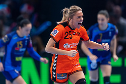 16-12-2018 FRA: Women European Handball Championships bronze medal match, Paris<br /> Romania - Netherlands 20-24, Netherlands takes the bronze medal / Charris Rozemalen #25 of Netherlands