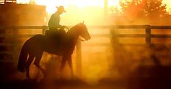Gaúchos ao pôr-do-sol em fazenda do pampa gaúcho. FOTO: Jefferson Bernardes/ Agência Preview