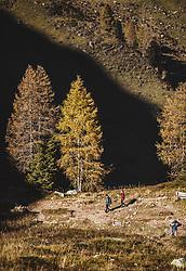 THEMENBILD - Wanderer beim Abstieg vom Wildsee mit dem Wildseeloderhaus, aufgenommen am 20. Oktober 2018 in Fieberbrunn, Österreich // Hikers descending from Wildsee with the Wildseeloderhaus, Fieberbrunn, Austria on 2018/10/20. EXPA Pictures © 2018, PhotoCredit: EXPA/ JFK