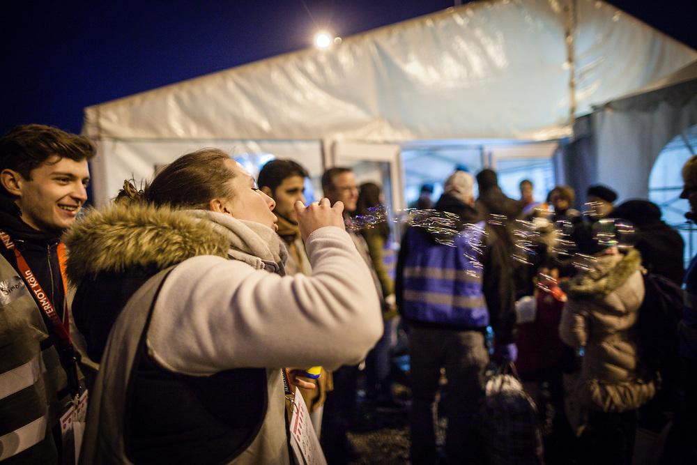 Koeln, DEU, 14.02.2016<br /> <br /> Ankunft von Fluechtlingen an Bord eines Sonderzugs der Deutschen Bahn aus Passau am Bahnhof des Koeln/Bonner Flughafens. Von hier aus werden die Menschen, die groesstenteils über die Balkan-Route nach Oesterreich gelangten, mit Bussen auf Erstunterbringungsstellen in Nordrhein-Westfalen verteilt.<br /> <br /> <br /> Foto: Bernd Lauter/berndlauter.com