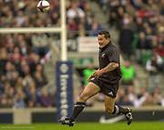 Twickenham. Surrey. UK England vs New Zealand, Autumn Internationals.<br /> Carlos SPENCER, chases the loose ball<br /> 09/11/2002<br /> International Rugby England vs New Zealand [Mandatory Credit Peter SPURRIER/Intersport Images]