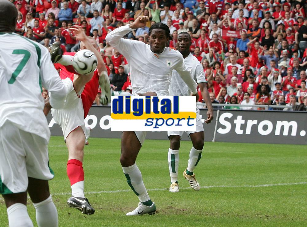 Philippe Senderos gegen Didier Drogba. © Valeriano Di Domenico/EQ Images