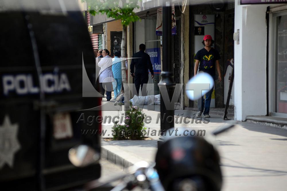 Toluca, México.- Un presunto asaltante murió al caer de la parte trasera de una motocicleta al tratar de huir, después de intentar asaltar a un cuentahabiente en la avenida Miguel Hidalgo, frente a unos laboratorios.  Agencia MVT / Crisanta Espinosa