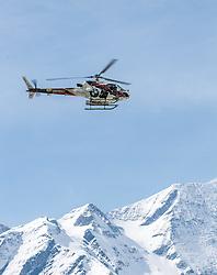 12.04.2015, Mautstelle Fusch, Fusch an der Glocknerstrasse, AUT, Alpinunfall, Skitourengeher in Gletscherspalte am Wiesbachhorn. Die Bergung der am Samstag in eine Gletscherspalte abgestürzten Skitourengeher auf dem Großen Wiesbachhorn bei Fusch (Pinzgau) ist Sonntagfrüh gelungen. Retter nutzten eine Wetterbesserung, flogen zur Unfallstelle und brachten die Verunglückten ins Tal. Hier im Bild Bergretter fliegen mit dem Hubschrauber zum Einsatzort. EXPA Pictures © 2015, PhotoCredit: EXPA/ JFK