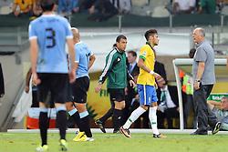 Neymar conversa com o técnico Luis Felipe Scolari durante a partida entre Brasil e Uruguai válida pela Copa das Confederações, no Estádio Mineirão, em Belo Horizonte-MG. FOTO: Jefferson Bernardes/Preview.com