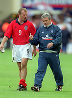 Fotball<br /> Foto: Colorsport/Digitalsport<br /> NORWAY ONLY<br /> <br /> England coach Kevin Keegan with captain Alan Shearer after the match. England v Brazil, Friendly International, Wembley Stadium, 27/05/2000.