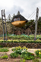 The Flying Mud Boat is a  mysterious building with trees protruding from the roof. The four protruding wooden pillars are made of locally-made trees, reflecting motifs of Suwa's nature and medieval faith. Stairs for going to the library on the left, windows, etc. are also unusual. The archives are built on the grounds of Moriya, who was a priest of Suwa Taisha Shrine from ancient times who keep and publish documents that have passed down through the generations. There is also an exhibition of the the head of a deer from Suwa Shrine, which is a little grotesque.  Nonetheless, The Moriya Historical Museum archives and publishes documents that have been transmitted by the Moriya family since the Kamakura period.  Moriya Shihokan introduced these works by architect Terunobu Fujimori, who was born and raised here.