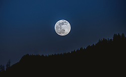 THEMENBILD - der Supermond über Kaprun, aufgenommen am 07. April 2020, Kaprun, Österreich // the super moon over Kaprun on 2020/04/07, 2020, Austria. EXPA Pictures © 2019, PhotoCredit: EXPA/ Stefanie Oberhauser