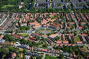 Nederland, Noord-Holland, Amsterdam-Noord, 12-05-2009; Tuindorp Nieuwendam, het centraal gelegen Purmerplein met poortwoningen (rijksmonument), Gebouwd in de stijl van de landelijke variant van de Amsterdamse School. In de achtergrond de flats van Nieuwendam-Noord..Swart collectie, luchtfoto (toeslag); Swart Collection, aerial photo (additional fee required).foto Siebe Swart / photo Siebe Swart