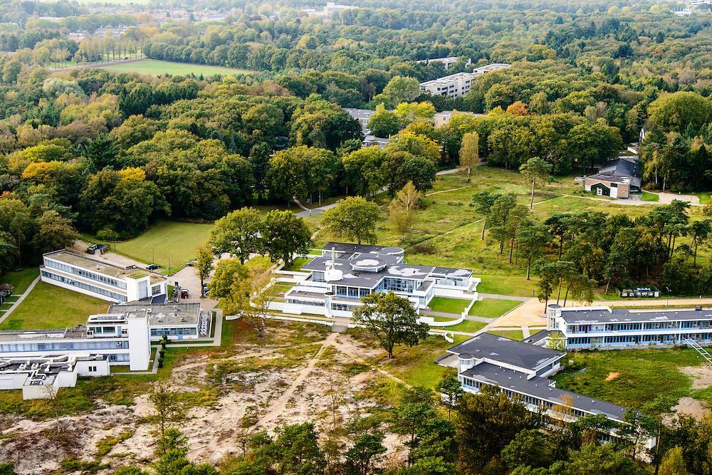 Nederland, Noord-Holland, Hilversum, 10-10-2014; Landgoed Zonnestraal, met op het terrein gelijknamig voormalig sanatorium, nu gezondheidscentrum. Voorbeeld van moderne architectuur (Het Nieuwe Bouwen), architect Jan Duiker.<br /> Zonnestraal estate, former sanatorium, now health centre; example of modern architecture (New Building), architect Jan Duiker, nominated as Unesco World Heritage.<br /> luchtfoto (toeslag op standard tarieven);<br /> aerial photo (additional fee required);<br /> copyright foto/photo Siebe Swart