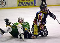 Dan O'Connell, Trondheim. Petter Sæther, Manglerud/Star. Eliteserien, Ishockey 2001/02. Mangelrud/Star - Trondheim. 21. oktober 2001. (Foto: Peter Tubaas/Digitalsport)