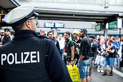 03.09.2015, Hauptbahnhof, Muenchen, GER, Ankunft von Fluechtlingen in Muenchen, im Bild Ein Bundespolizist vor einer Gruppe von akommenden Fluechtlingen. // Immigrants from the Middle Eastern countries and Africa arrived Railway station in Munich, Germany on 2015/09/03. EXPA Pictures © 2015, PhotoCredit: EXPA/ Eibner-Pressefoto/ Gehrling<br /> <br /> *****ATTENTION - OUT of GER*****