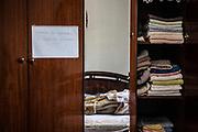 Antonio se lo apunta todo porque si no se olvida de las cosas. Tiene una nota en el armario de su habitación que le recuerda que tiene que cambiar las sábanas de la cama dos veces en semana.