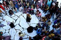 Pakistan - La fête des soufis - Province du Sind - Sehwan e Sharif - Tombe du saint soufi Lal Shabaz Qalandar - Fête de l'anniversaire de sa mort (Urs) - Un groupe de musiciens joue du Qawwali et chante les luanges au Saint // Pakistan, Sind province, Sehwan e Sharif, Sufi saint Lal Shabaz Qalandar shrine, annual Urs festival