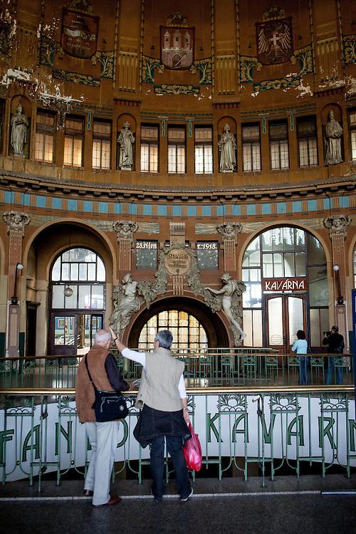 Die Jugendstil Kuppel im Prager Hauptbahnhof (Hlavni Nadrazi).