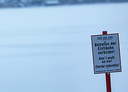 "THEMENBILD - ein Schild ""Betreten der Eisfläche verboten!"" der Stadtgemeinde Zell am See, aufgenommen am 28. Februar 2018, Zell am See, Österreich // a sign ""Enter the ice surface forbidden!"" the town Zell am See on 2018/02/28, Zell am See, Austria. EXPA Pictures © 2018, PhotoCredit: EXPA/ Stefanie Oberhauser"