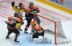 28.10.2016, Albert Schultz Halle, Wien, AUT, EBEL, UPC Vienna Capitals vs Moser Medical Graz 99ers, 15. Runde, im Bild Sven Klimbacher (Moser Medical Graz 99ers), Torjubel von Taylor Vause (UPC Vienna Capitals), Peter Robin Weihager (Moser Medical Graz 99ers) und Thomas Hoeneckl (Moser Medical Graz 99ers) // during the Erste Bank Icehockey League 15th Round match between UPC Vienna Capitals and Moser Medical Graz 99ers at the Albert Schultz Ice Arena, Vienna, Austria on 2016/10/28. EXPA Pictures © 2016, PhotoCredit: EXPA/ Thomas Haumer