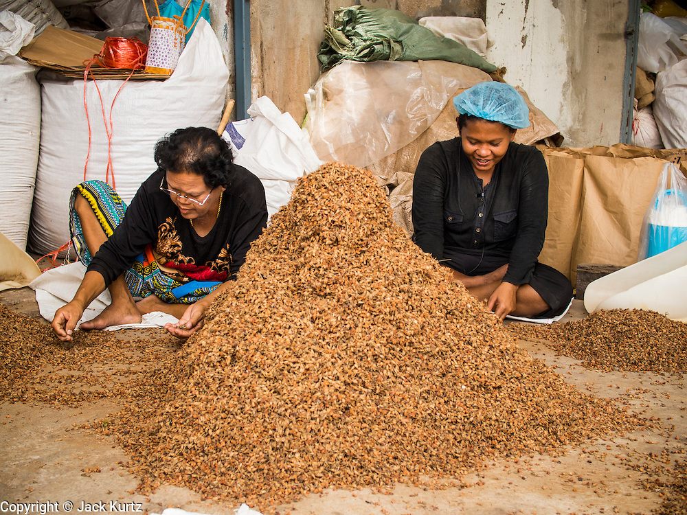26 AUGUST 2014 - BANGKOK, THAILAND:  Women sort spices in a warehouse area in the Somdet Ya neighborhood in the Thonburi side of the Chao Phraya River in Bangkok.   PHOTO BY JACK KURTZ